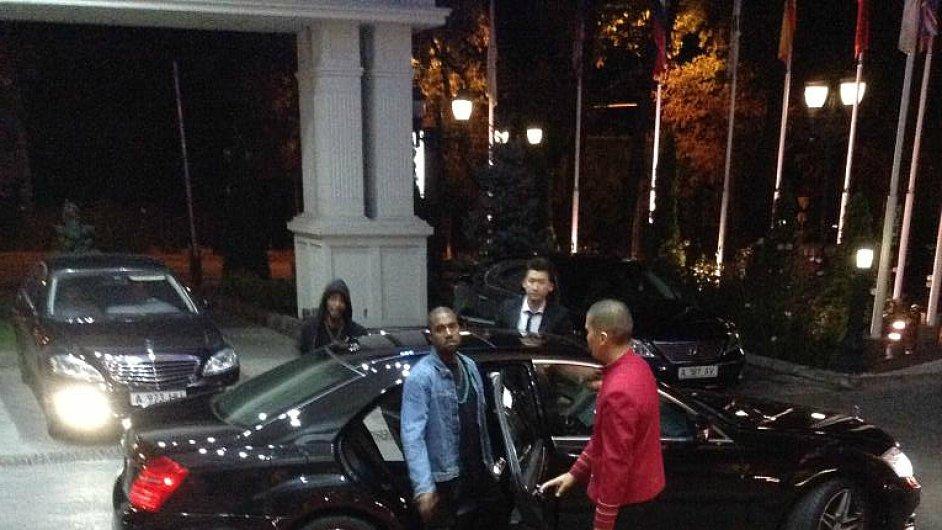 Kanye West o víkendu přijal pozvání kazašského prezidenta. Na snímku na červeném koberci.