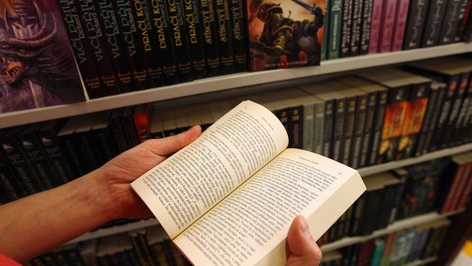 Četba knihy, ilustrační foto