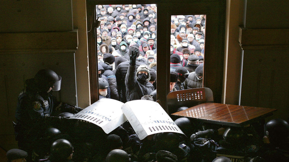 Demonstranti dobývají vládní budovy v Kyjevě.
