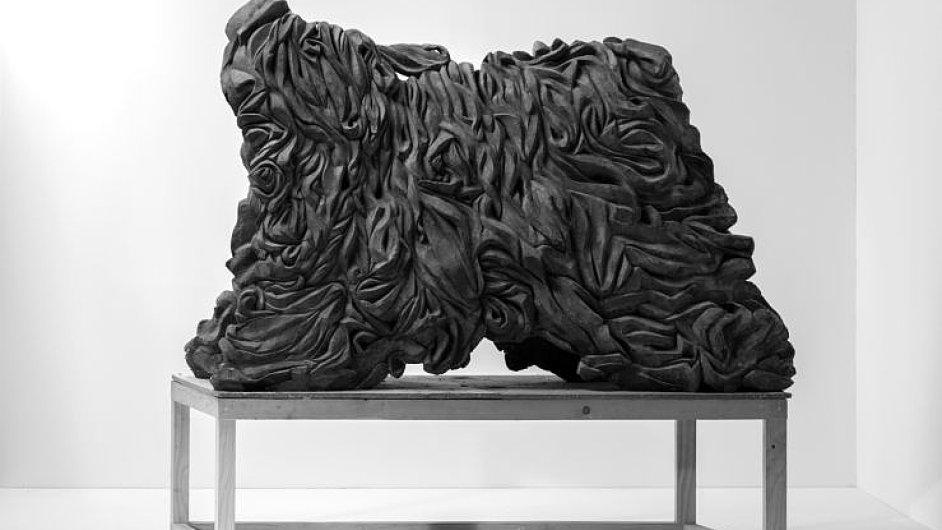 Sádrová socha Matouše Lipuce nazvaná Noc vedle designového návrhu sklízecí mlátičky představuje na výstavě UMPRUM 2013 rozpor mezi uměleckým a průmyslovým.