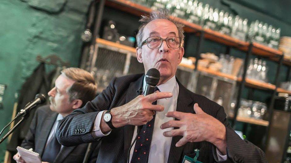 Německý kurátor Kasper König na nedávném obědě s novináři ve Velké Británii.