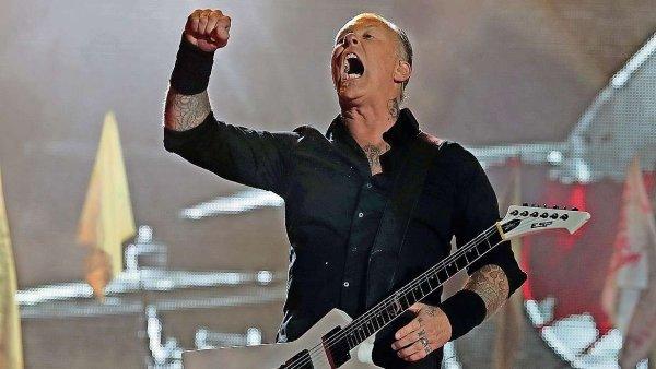 Na snímku z letošního Glastonbury kytarista Metalliky James Hetfield.