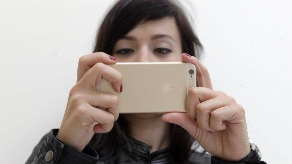 Takhle fot� iPhone 6: Nejl�pe um� sn�mat selfie a pohybliv� c�le, jinde zaost�v�