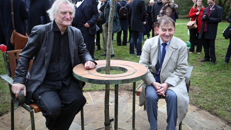 Havlova lavička. Vlevo autor, architekt Bořek Šípek. Český velvyslanec ve Velké Británii Michael Žantovský (vpravo) při té příležitosti pokřtil novou biografii nazvanou Prostě Havel.