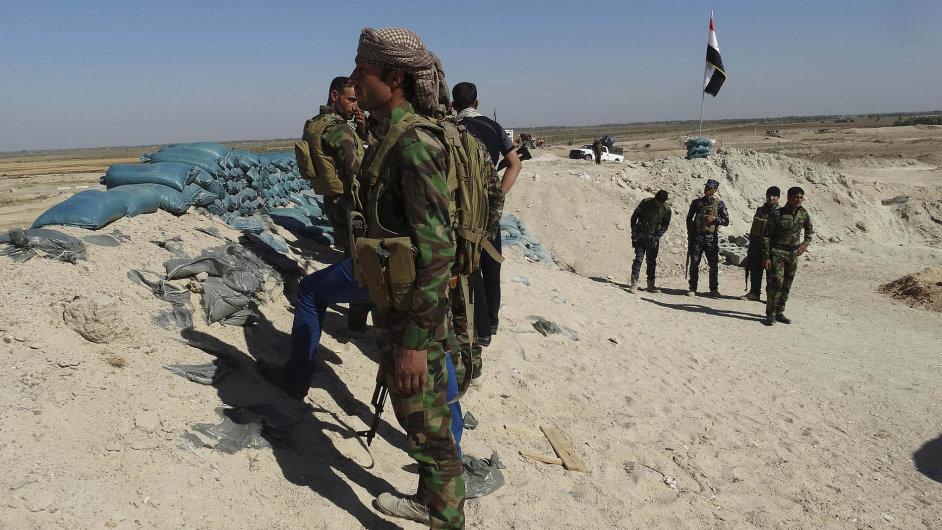 Příslušník irácké armády obhlíží bojiště v provincii Anbar.