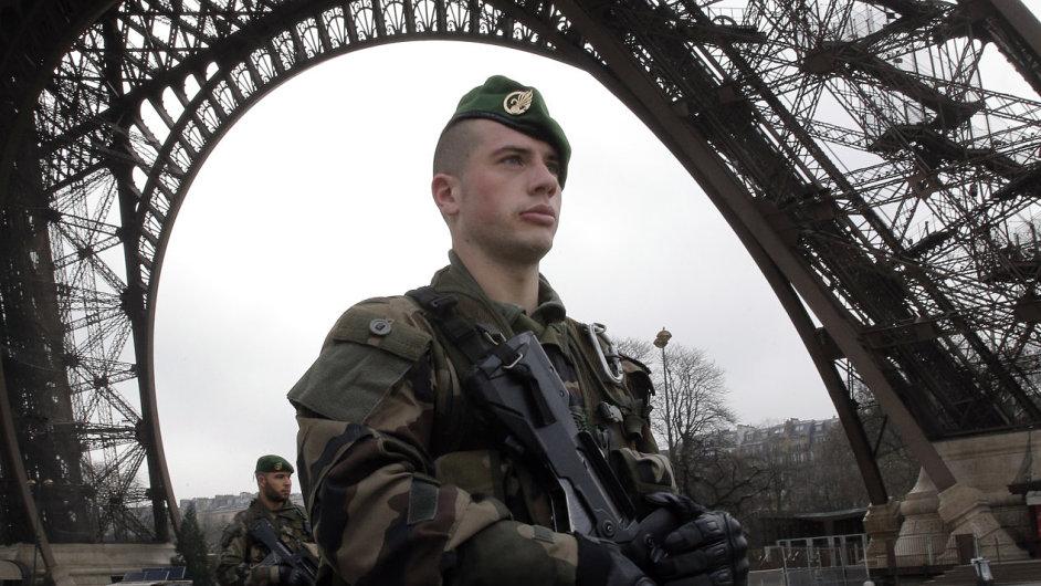 Voják pod Eiffelovou věží v Paříži