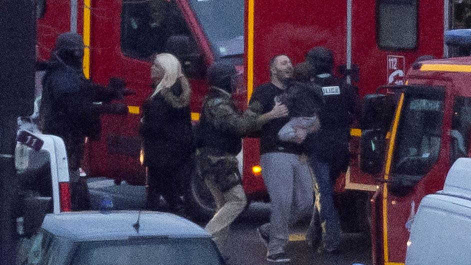 Policisté pomáhají osvobozeným rukojmím, které v pařížském košer obchodě držel ozbrojený terorista.
