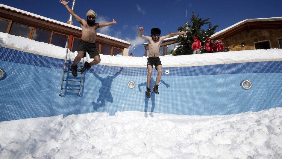 Skok do bazénu plného sněhu trénují obyvatelé jiholibanonského Jizeenu.