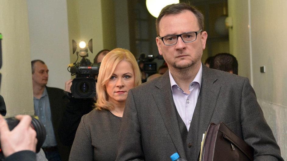 Zachránce Petr Nečas. Bývalý premiér může změnou výpovědi pomoci své manželce Janě, ale sobě přitíží.