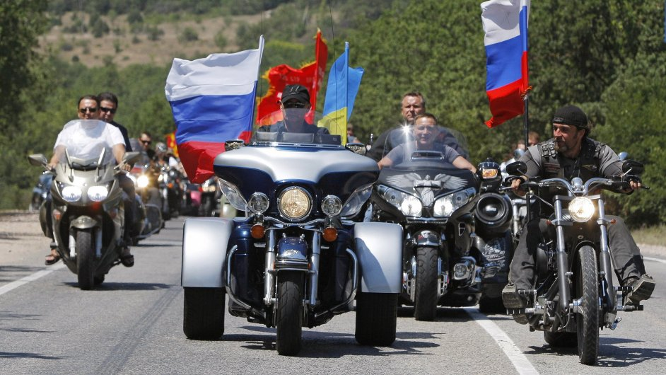 Jedné jízdy Nočních vlků se zúčastnil i ruský prezident Vladimír Putin. Po jeho boku jel i vůdce skupiny Alexander Zaldostanov (vpravo).