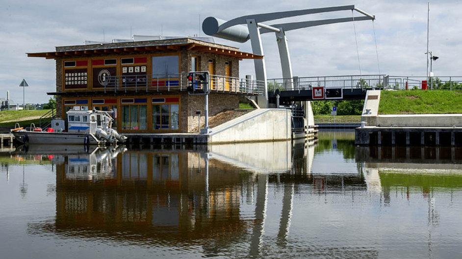 Podél Vltavy z Českých Budějovic do Hluboké stojí za evropské peníze přístaviště a přístavy pro soukromé lodě. Peníze ale měly přispět na vodní dopravu.