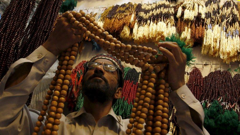 Pákistánský prodejce modlitebních korálků se připravuje na ramadán.