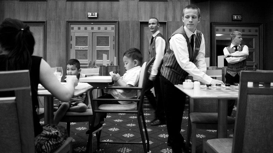 Děti z dětského domova obsluhují v Hiltonu.