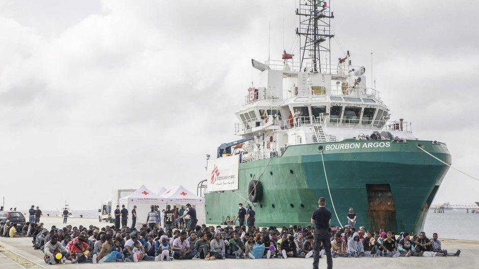 Na Sicílii lidé s migranty žijí, a tak už pochopili, že ne všichni jsou chudí, ne všichni jsou kriminálníci, teroristé, špinaví a nemocní.