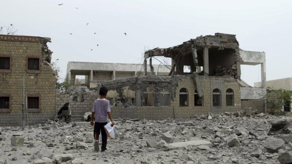 Chlapec v jemenském městě, které zničily nálety saúdskoarabské armády.
