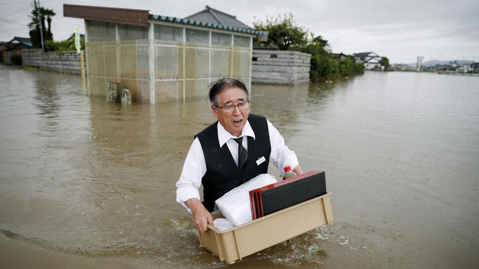 Záplavy a sesuvy půdy v Japonsku mají dva mrtvé.