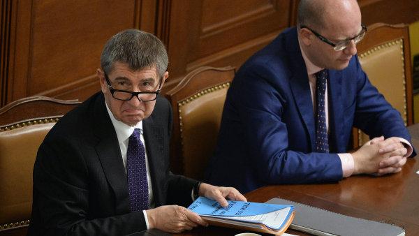 Ministr financ� Andrej Babi� a premi�r Bohuslav Sobotka na mimo��dn� sch�zi Sn�movny 13. listopadu v Praze.