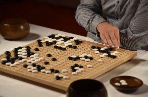 Umělá inteligence AlphaGo od Googlu porazila v prvním zápase velmistra hry Go