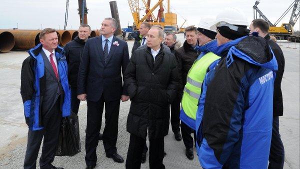 Vladimir Putin nav�t�vil Krym.