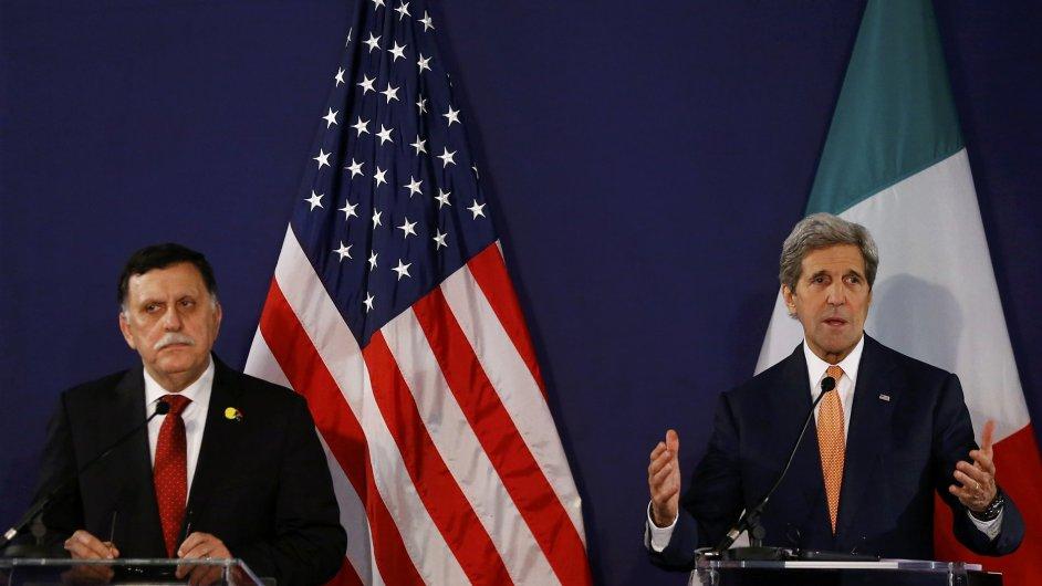 Konference se zúčastnil i americký ministr zahraničí John Kerry (vpravo).