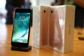 Displej nov�ho iPhonu 7 skl�z� superlativy: M� vynikaj�c� jas, m�lo se leskne a exceluje i ve v�rnosti barev