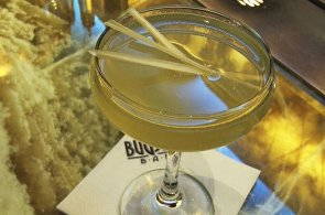 Pod�vejte se, jak v baru Bugsy's p�ipravuj� jejich nejlep�� drink krok za krokem