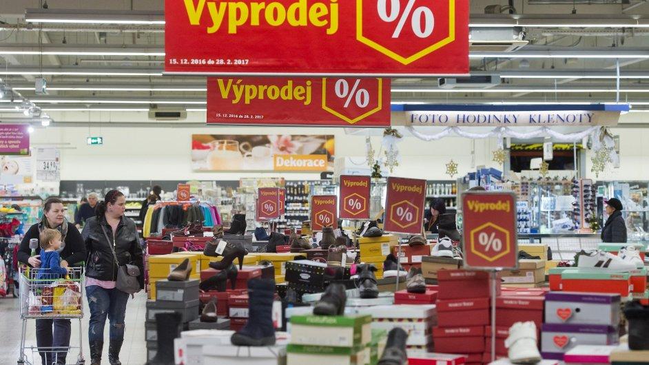 V kamenných obchodech začaly povánoční výprodeje. Snímek byl pořízen 27. prosince v hypermarketu Globus na Černém Mostě v Praze.