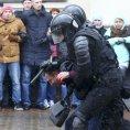 Policie zatýká účastníka protivládního protestu v Minsku.