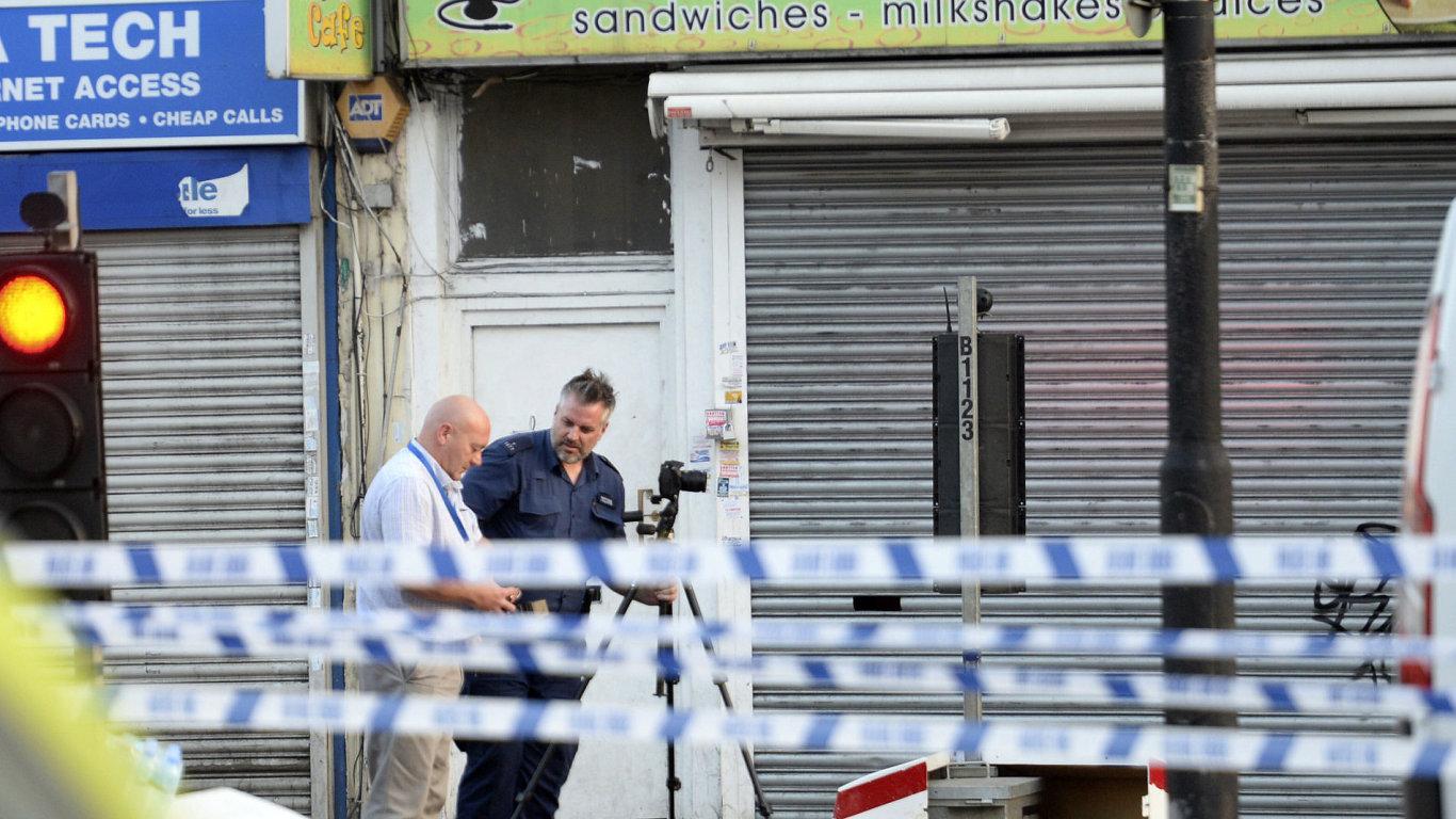 Policejní fotograf pořizuje dokumentaci na místě incidentu.