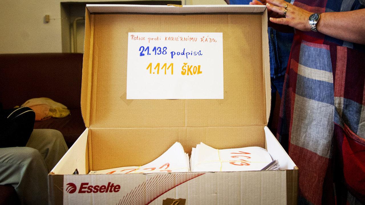 Pod petici proti kariérnímu řádu se podepsalo přes 21 tisíc učitelů.