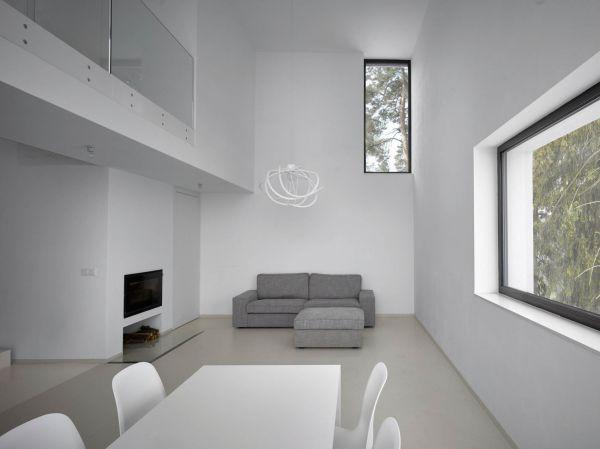 Černé rámy oken z interiéru lemují pohledy na přírodu jako měnící se obrazy.