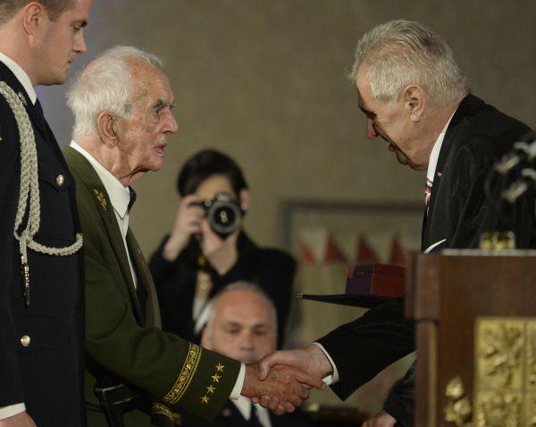 Armádní generál Karel Pezl (druhý zleva) převzal od českého prezidenta Miloše Zemana Řád Bílého lva při slavnostním ceremoniálu udílení státních vyznamenání