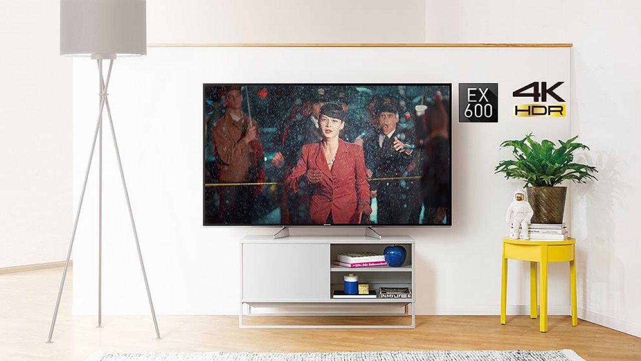 Telefony a tablety lze ke sledování filmů nebo hraní her použít také, ale televize je televize...