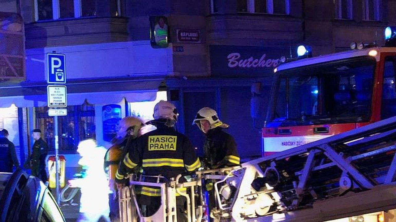 Hasič o požáru hotelu: Lidé seděli v oknech, někteří před plameny utekli i na střechu