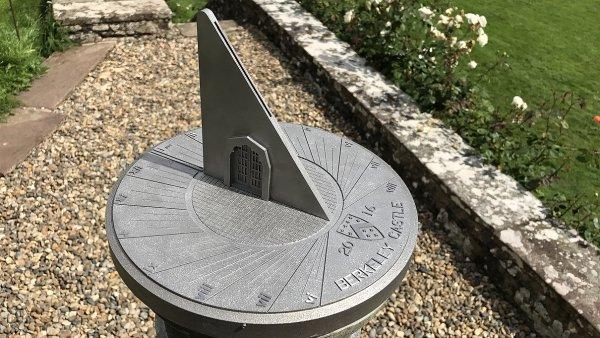 Sluneční hodiny pro zámek Berkeley v Gloucestershire ve Velké Británii vyrobené 3D tiskem