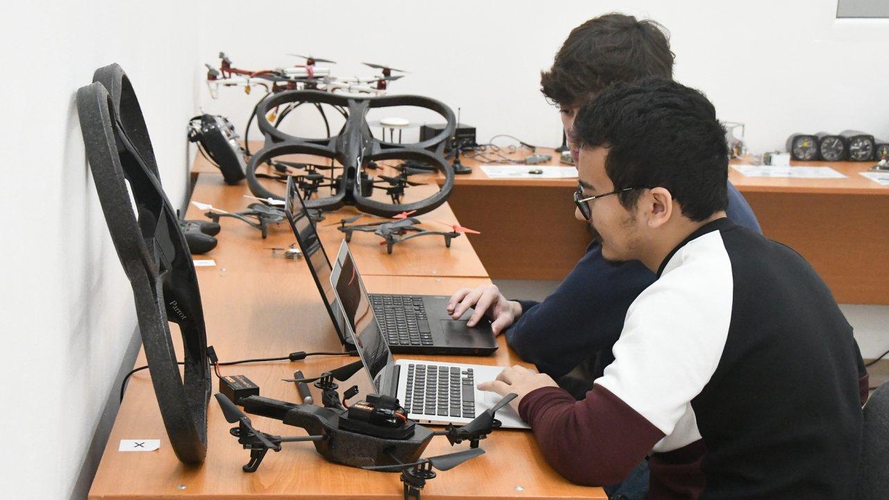 Fakulta elektrotechnická ČVUT otevřela laboratoř pro práci s drony.