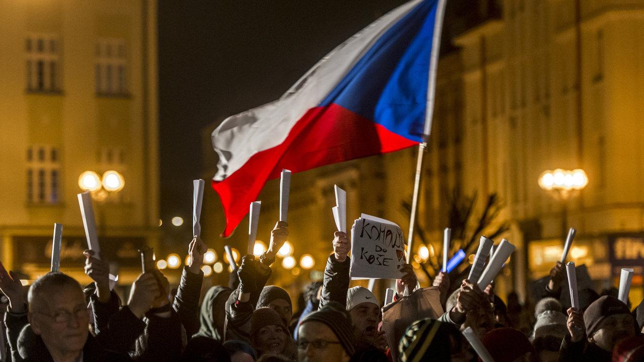 Stovky lidí protestovaly 5. března večer na Masarykově náměstí v centru Hradce Králové proti zvolení poslance za KSČM Zdeňka Ondráčka z Trutnova do čela komise pro kontrolu činnosti GIPS.