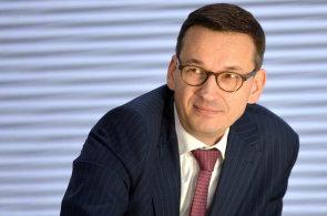 Spojení PKN Orlen a Lotosu podporuje současný premiér Mateusz Morawiecki. Dalším velkým zastáncem spojení je ministr energetiky Krzysztof Tchórzewski.