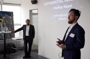 Řečník Ramez Naam (vlevo) a Petr Šídlo, organizátor workshopu (vpravo).