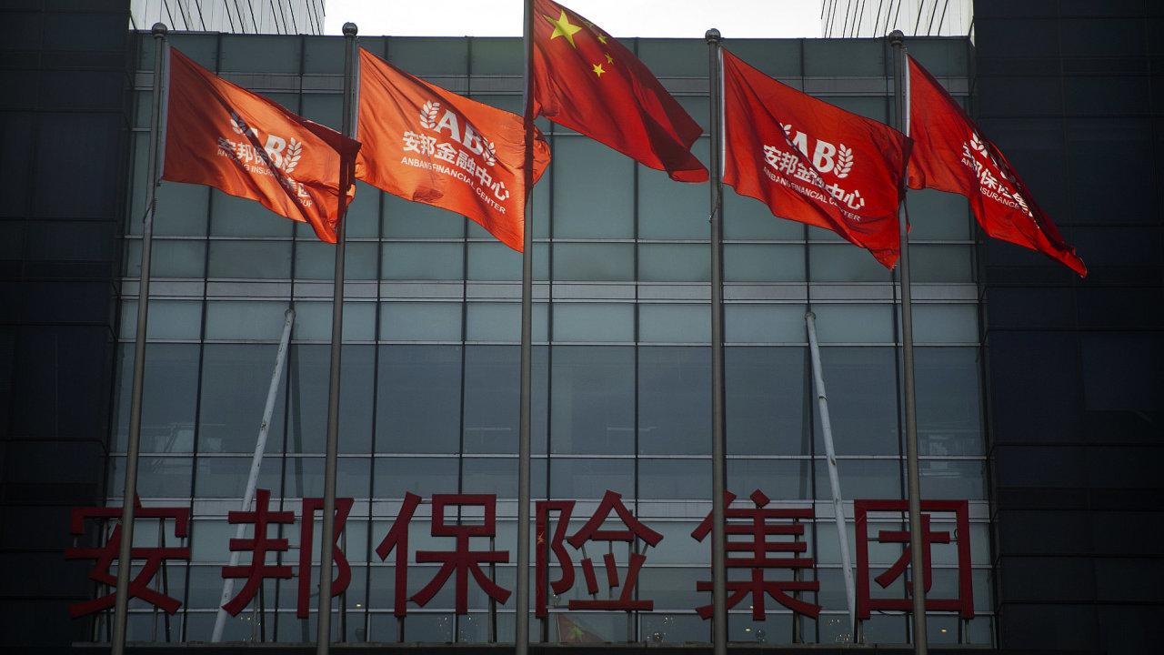 Čínská vlajka a korporátní vlajky před sídlem pojišťovny Anbang v Pekingu