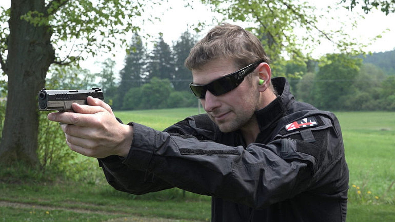 Českou neprůstřelnou vestu pod šaty nepoznáte. Obstála i při střelbě
