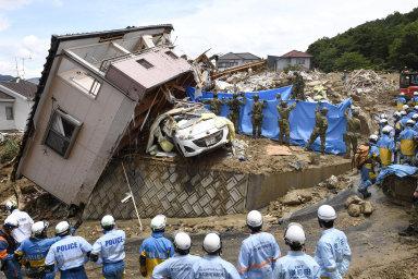 Záplavy a sesuvy půdy na západě Japonska si vyžádaly nejméně 100 obětí. V akci je přes padesát tisíc záchranářů