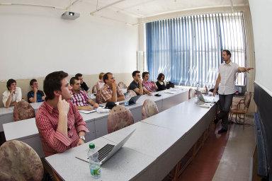 K pravidelným akcím patří přednášky na odborná aktuální témata v cyklu Absolventské středy.