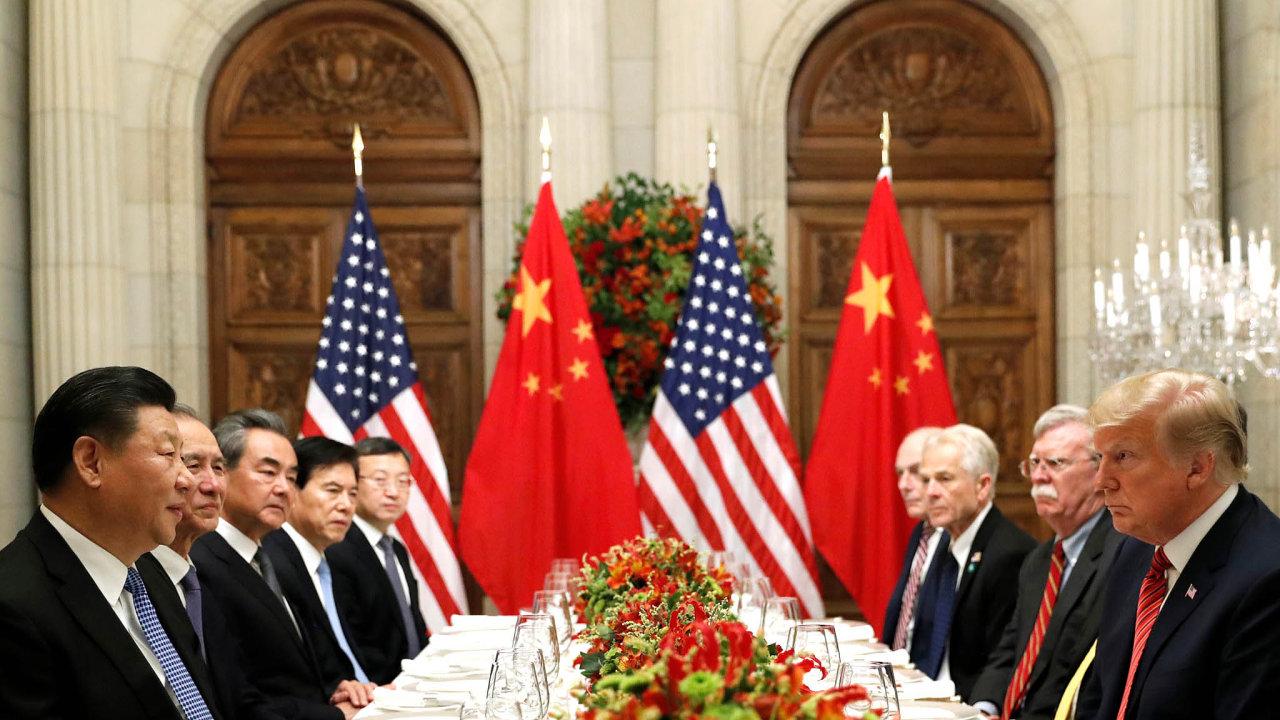Americký prezident Donald Trump (první zprava) ajeho čínský protějšek Si Ťin-pching (první zleva) nasummitu skupiny G20 vargentinském Buenos Aires nazačátku prosince.