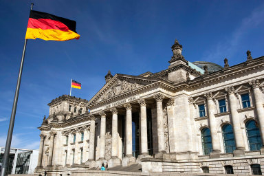 Otázka nástupnictví po Merkelové měla být původně rozhodnuta již před dvěma lety, kdy se šéfkou CDU stala favoritka Merkelové Annegret Krampová-Karrenbauerová.