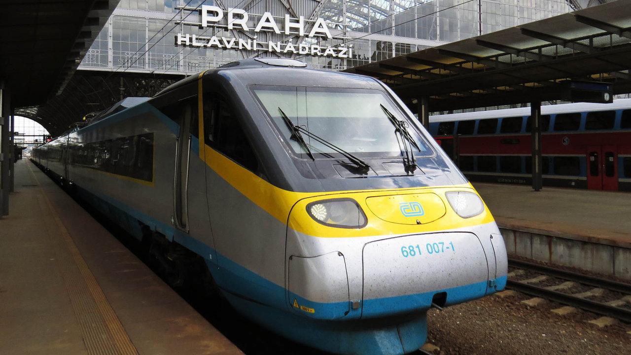 Obliba železniční přepravy vČesku neustále roste, České dráhy ijejich soukromí konkurenti loni přepravili nejvíce cestujících zaposlední dekádu.