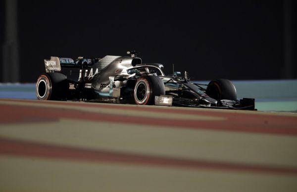 Ve velké ceně Bahrajnu formule 1 zvítězil obhájce titulu Lewis Hamilton ze stáje Mercedes.
