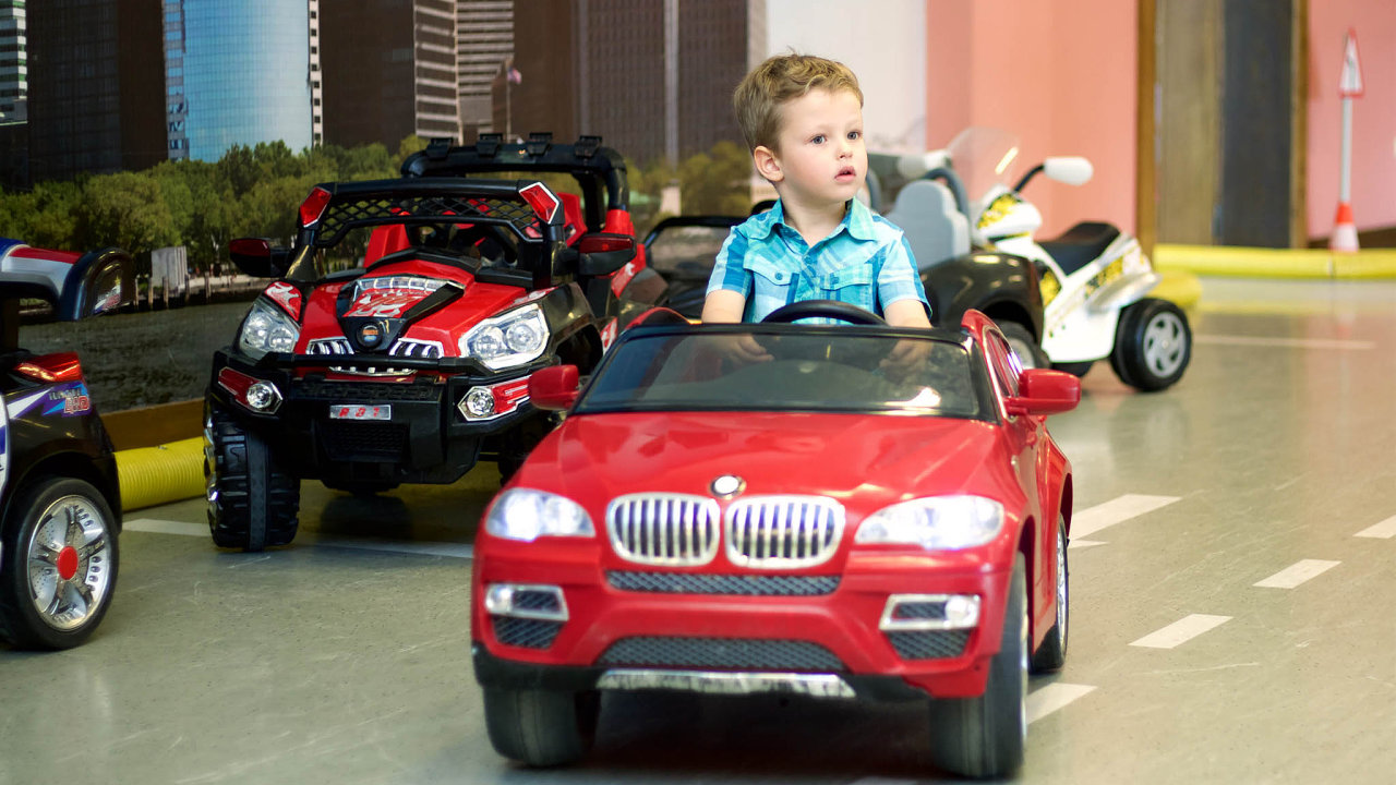 Dítě vdrahé imitaci drahého auta.
