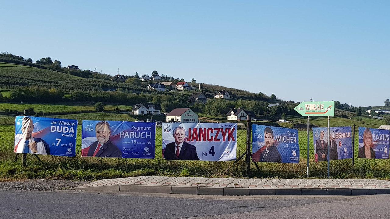 Opřízeň voličů vLaskowé se mezi sebou naplakátech přetahují jen členové PiS.