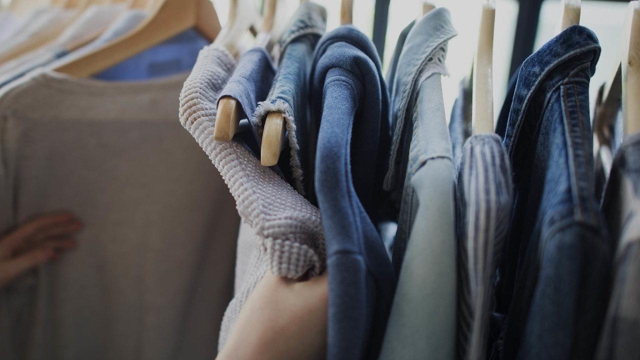Dvě Eiffelovky ročně: Vůbec nejvíc se likvidují neprodané oblečení nebo boty. Dohromady jich je ročně celkem 10 až 20 tisíc tun, tedy dvakrát tolik, co váží Eiffelova věž.